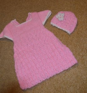 Вязаное платье и шапочка новорожденной