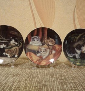 Фарфоровые тарелки с изображением кошек