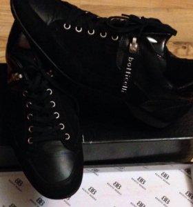 Продам оригинальные кроссовки кожа размер 42,5 ,43