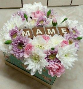 Цветы в коробке с шоколадными буквами