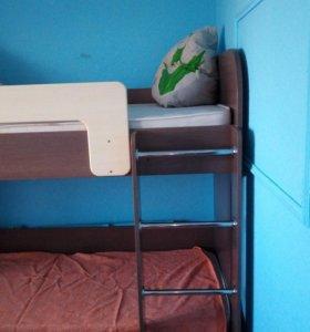 Кровать двух яросная