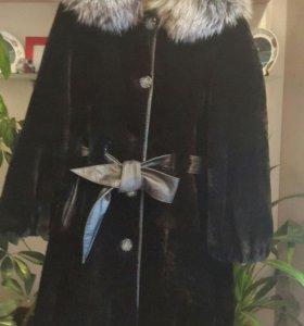 Мутоновая шуба с капюшоном из чернобурки