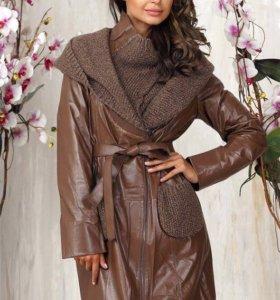 Кожаное коричневое пальто с вязанным капюшоном