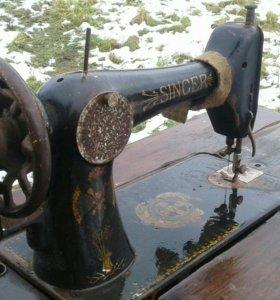 Швейная машинка зингер на кованной подставке.