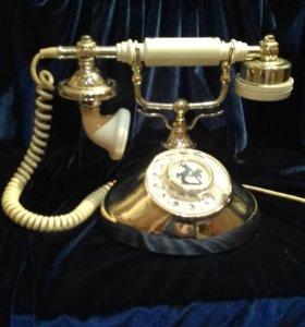 Красивый телефон в ретро стиле.