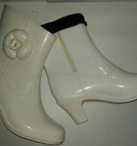 Белые резиновые сапоги