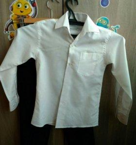 Белая рубашка и классические черные брюки