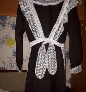 Платье с фартуком новый.