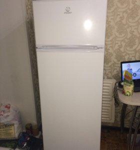 Срочно! Холодильник Indesit