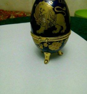 Фарфоровая шкатулка яйцо Лев