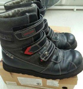 Качественные кожанные ботинки зимние 38разм.