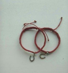 Красные браслеты