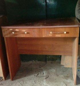 Столик с двумя выдвежными ящиками