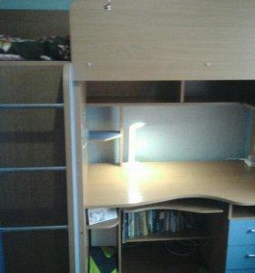 Модульная кровать-стол, встроенный шкаф.