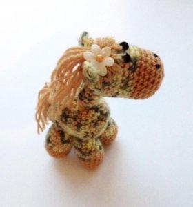 Вязанная игрушка подарок сувенир лошадка