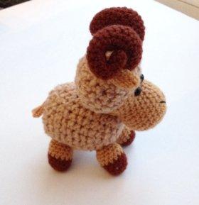 Вязанная игрушка барашек сувенир подарок