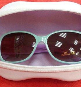 Солнцезащитные очки в футляре.