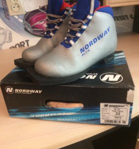 Лыжи беговые с ботинками 33 размер