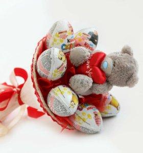 Букет из 7 конфет киндеров и мишки Тедди