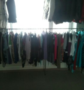 Шубы, джинсы, юбки, пуховики.