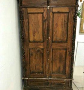 Старинный антикварный шкаф.