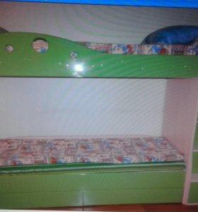 Кровать,2 матраса,лестница.