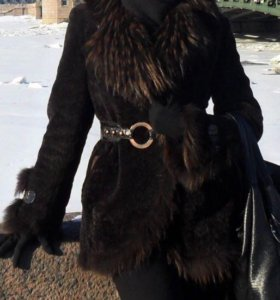 Шуба мутон с воротником из меха енота