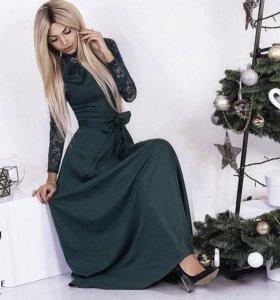 Платье в пол с гипюровыми рукавами изумрудное