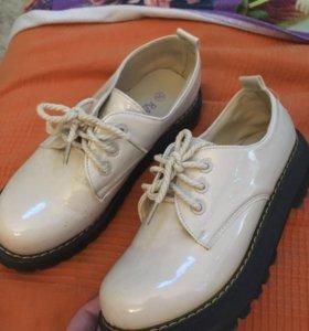 Ботинки на подошве молочного цвета