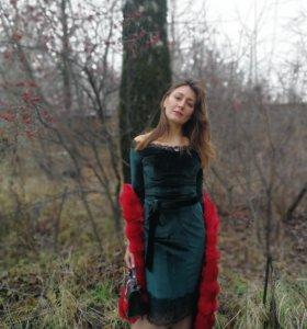 Платье изумрудного цвета из велюра с кружевами