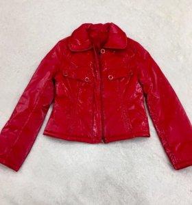 Красная куртка.