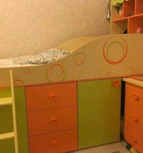 Детская кровать. Комод