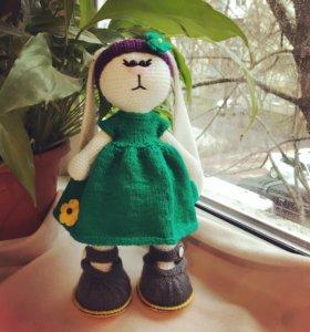 Вязанная игрушка заяц