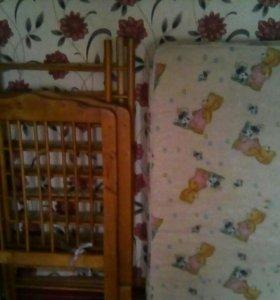 Детская кроватка с матрасом в разобраном виде .
