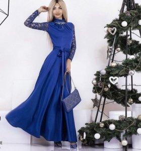 Платье в пол с гипюровыми рукавами синее
