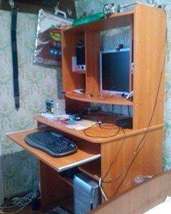 Компьютер с компьютерным столом.