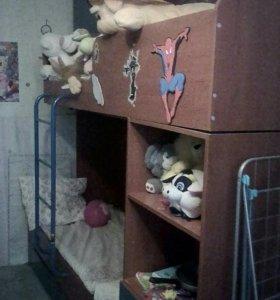 Двухярусная кровать с ящиками и полками.