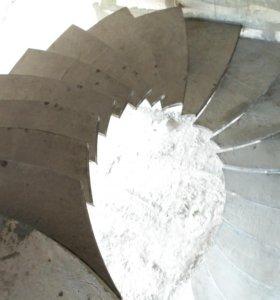 Лестница на центральном монолитном косоуре