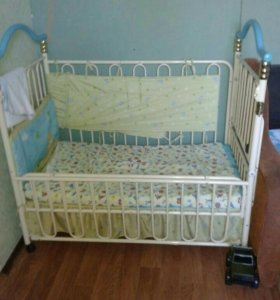 Детская кроватка с пеленальным столиком.