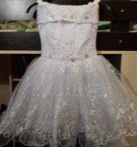 Новое белое платье на 4-6 лет.