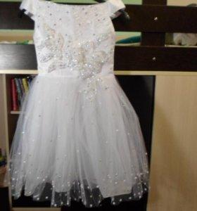 Белое платье с жемчужными бусинами на юбке.