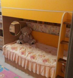 Двухярусная кровать с матрасами