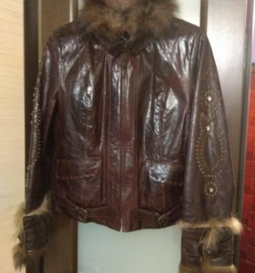 Куртка из лакированной кожи с мехом соболя