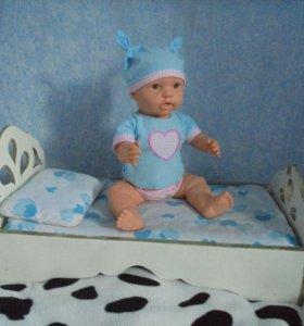 Кроватка для куклы и кукла.