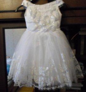 Нарядное платье, украшенное стразами белое.
