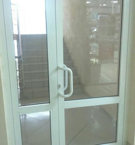 Двери аллюминиевые двухстворчатые со стеклом.