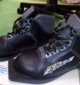 Ботинки лыжные 33 размер, палки лыжные 100 см
