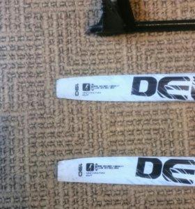 Лыжи пластик на рост  метр девяносто палки 146 см.