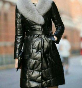 Пальто (пуховик) из натуральной кожи с мехом лисы.