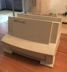 Принтер в рабочем состоянии, лазерный.